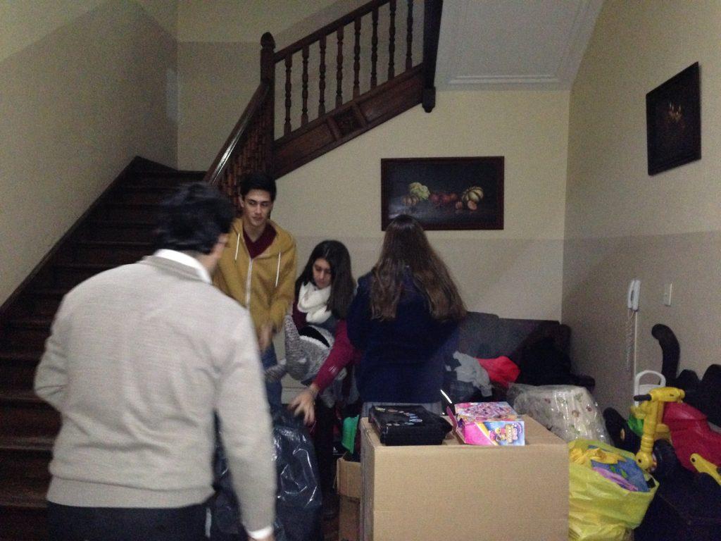 Voluntarios del Colegio San Agustín embalando