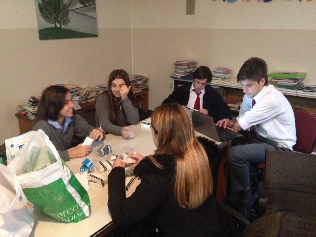 Voluntarios del Colegio San Agustín preparando medicamentos