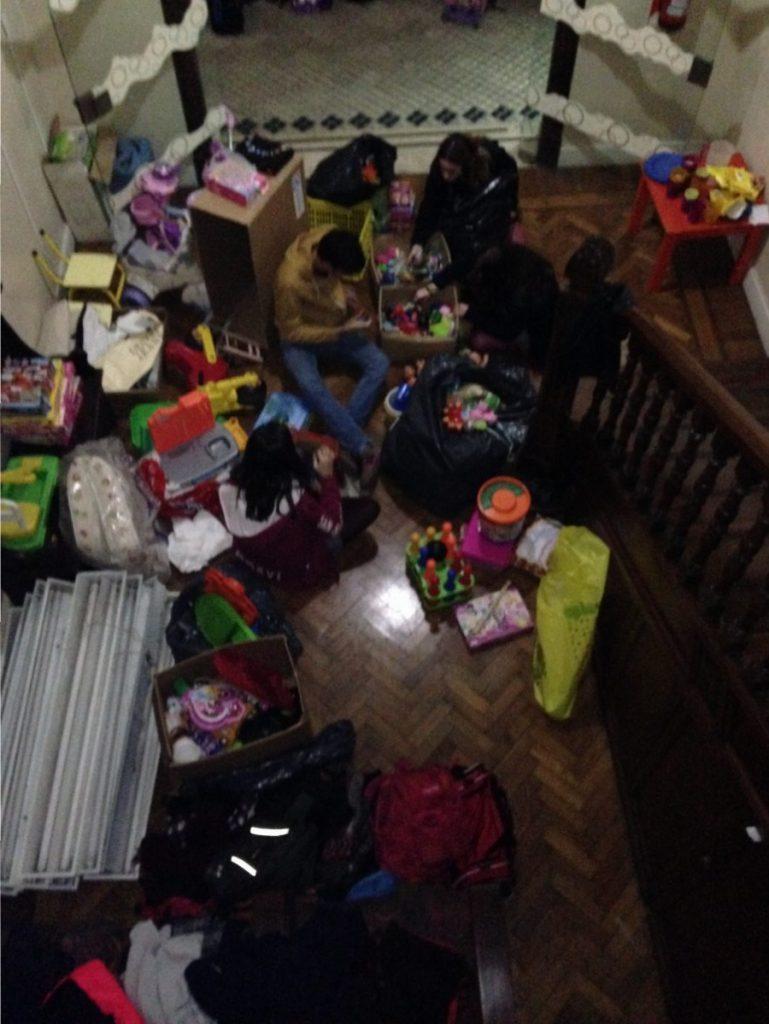 Voluntarios del Colegio San Agustín seleccionando juguetes
