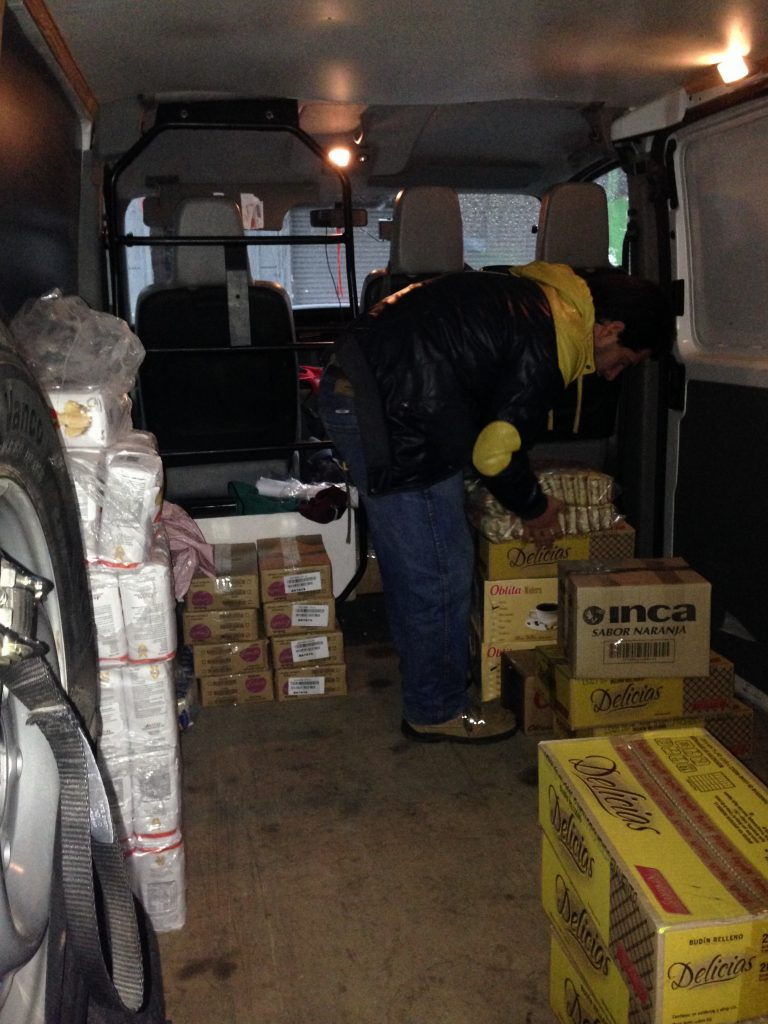 Lucas acomodando las donaciones en la camioneta